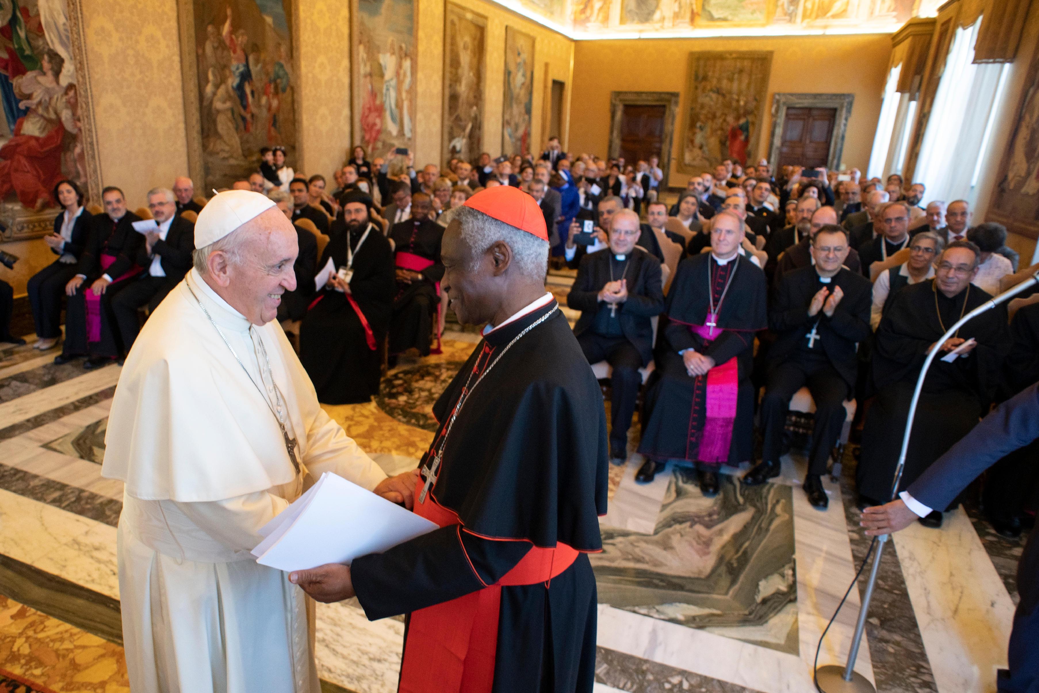 Le card. Turkson salue le pape François, 14 sept. 2018 © Vatican Media