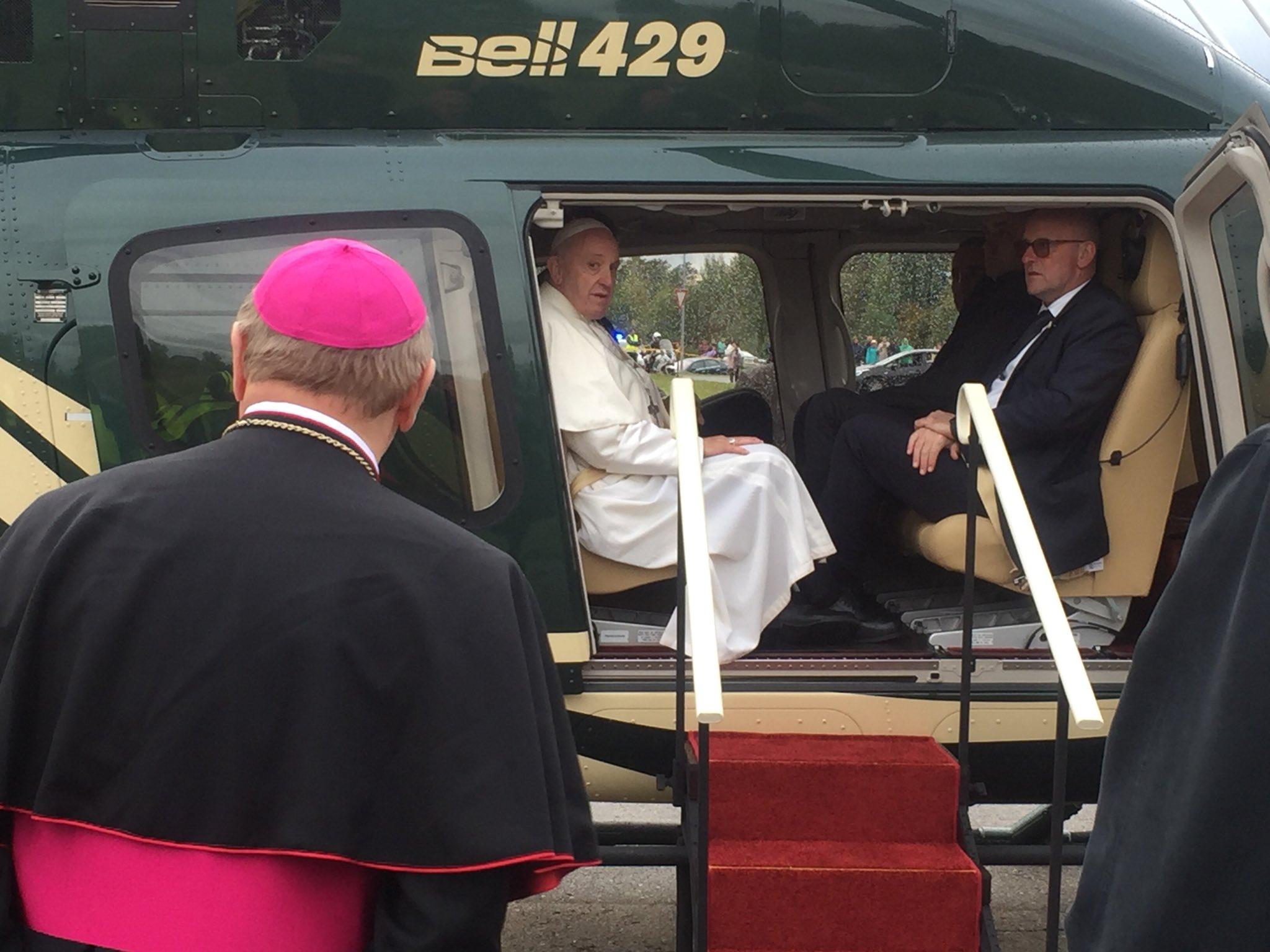 Le pape quitte Aglona, Lettonie © Twitter Greg Burke