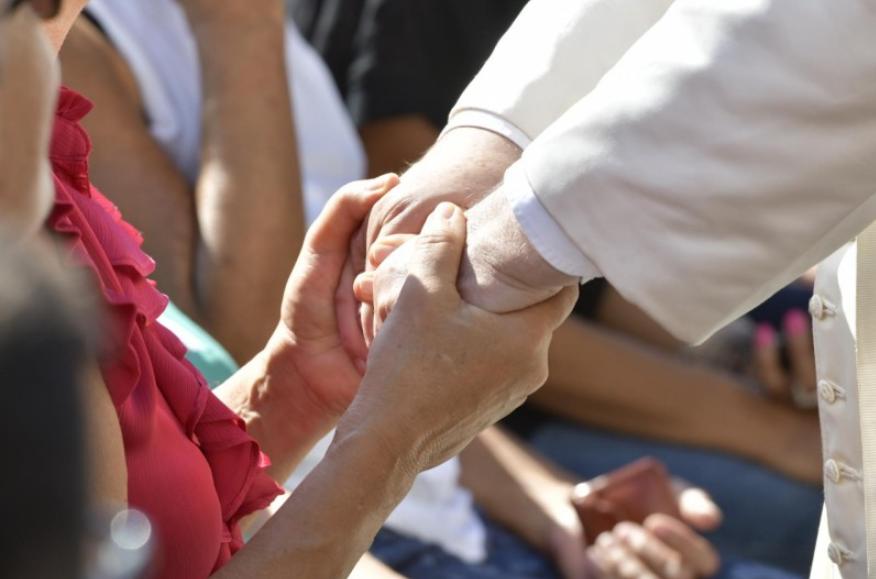 Mains du pape dans la foule © Vatican Media