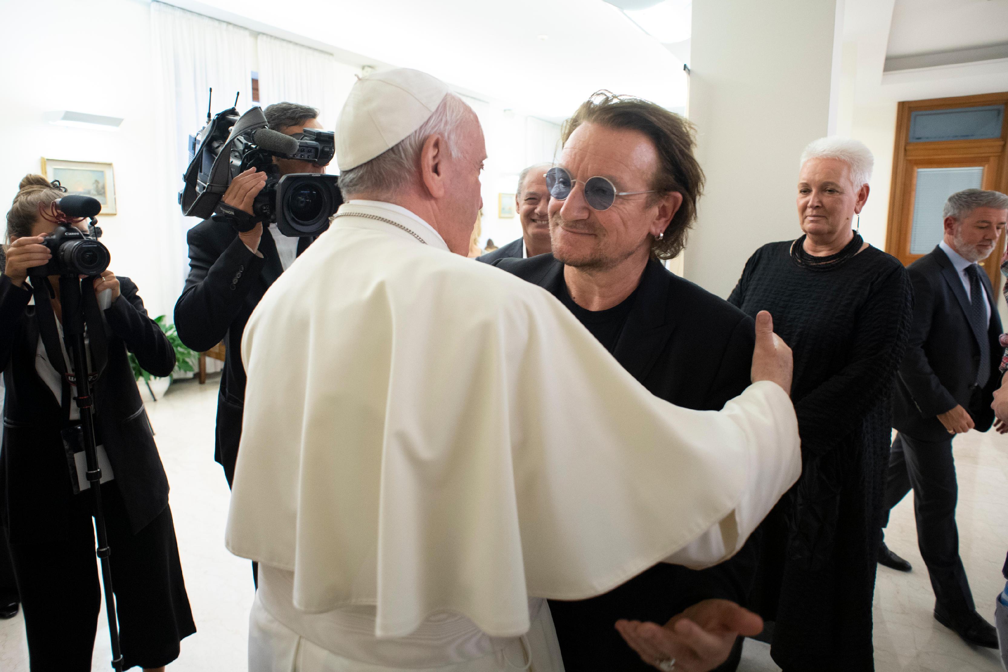 Le pape avec le chanteur Bono de U2 © Vatican Media