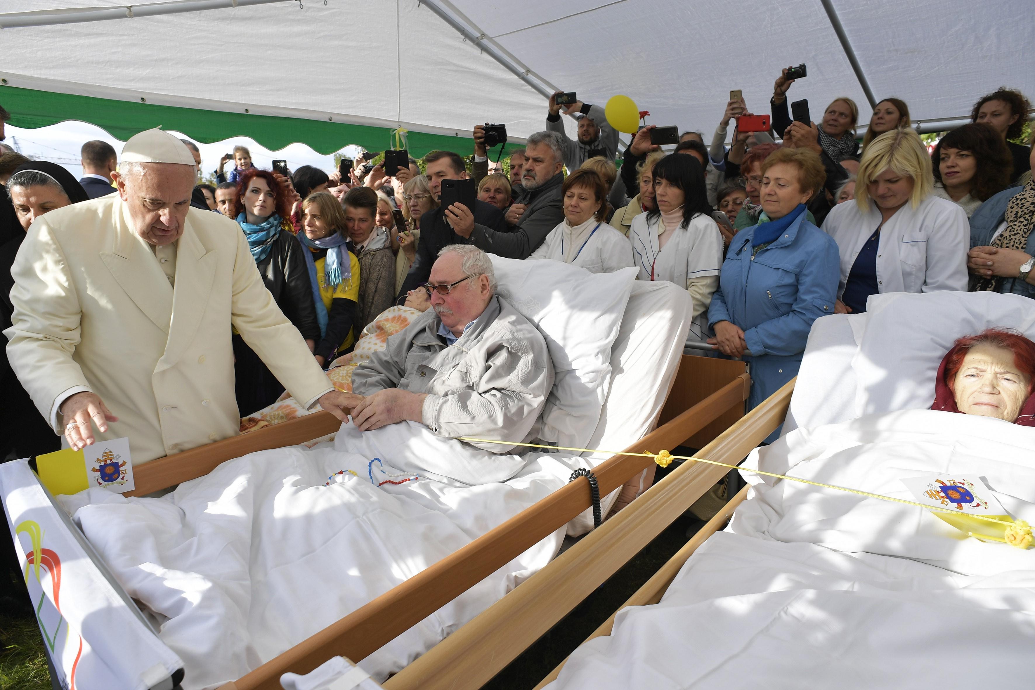 Rencontre avec les malades en soins palliatifs, Vilnius © Vatican Media
