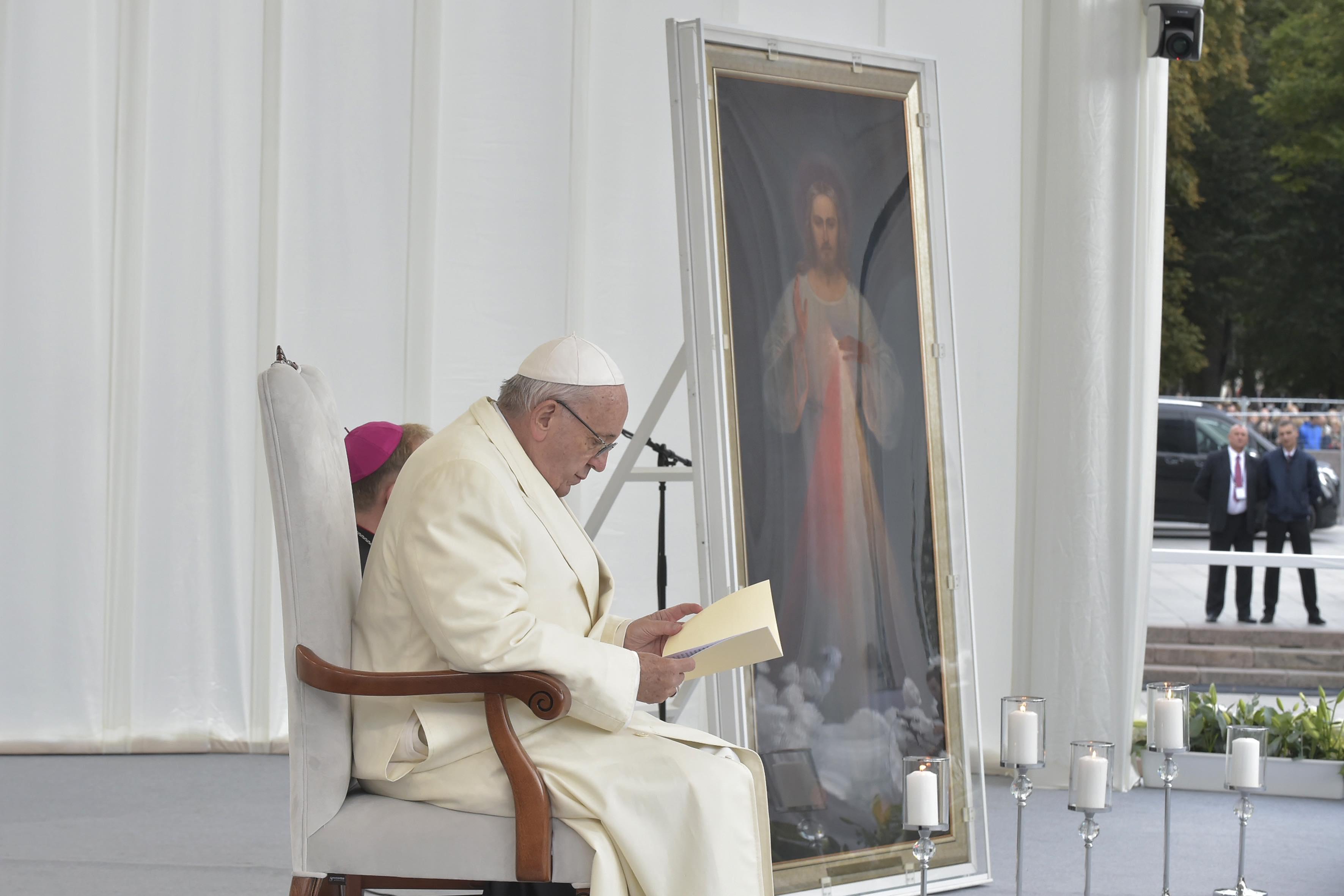 Le pape François, le Tableau de Jésus miséricordieux, rencontre avec les jeunes, Vilnius 2018 © Vatican Media