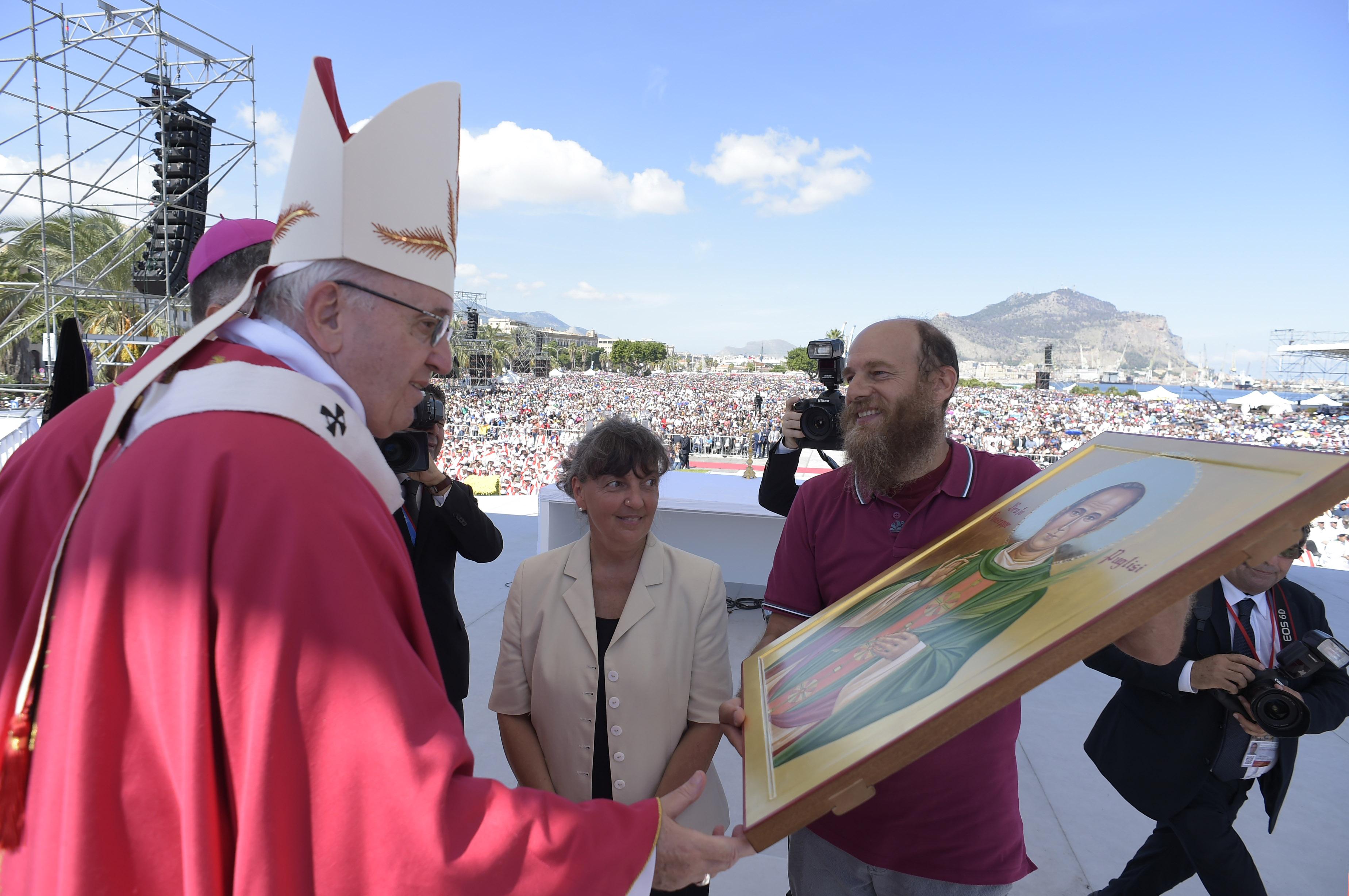 Palerme offre au Pape une icône du Bx martyr don Pino Puglisi, 15 sept. 2018 © Vatican Media