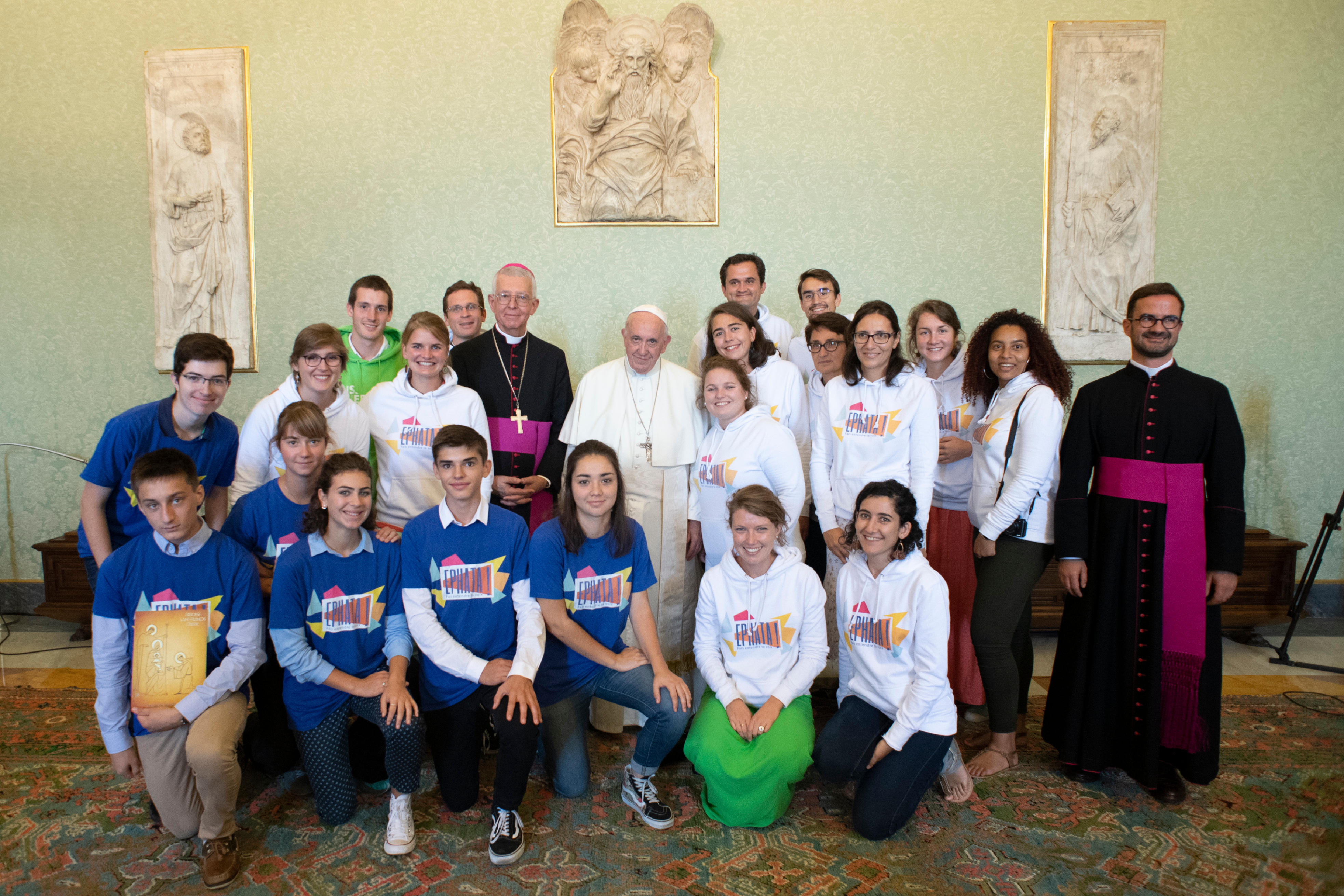 Mgr de Kerimel et les jeunes de Grenoble, 17 sept. 2018 © Vatican Media