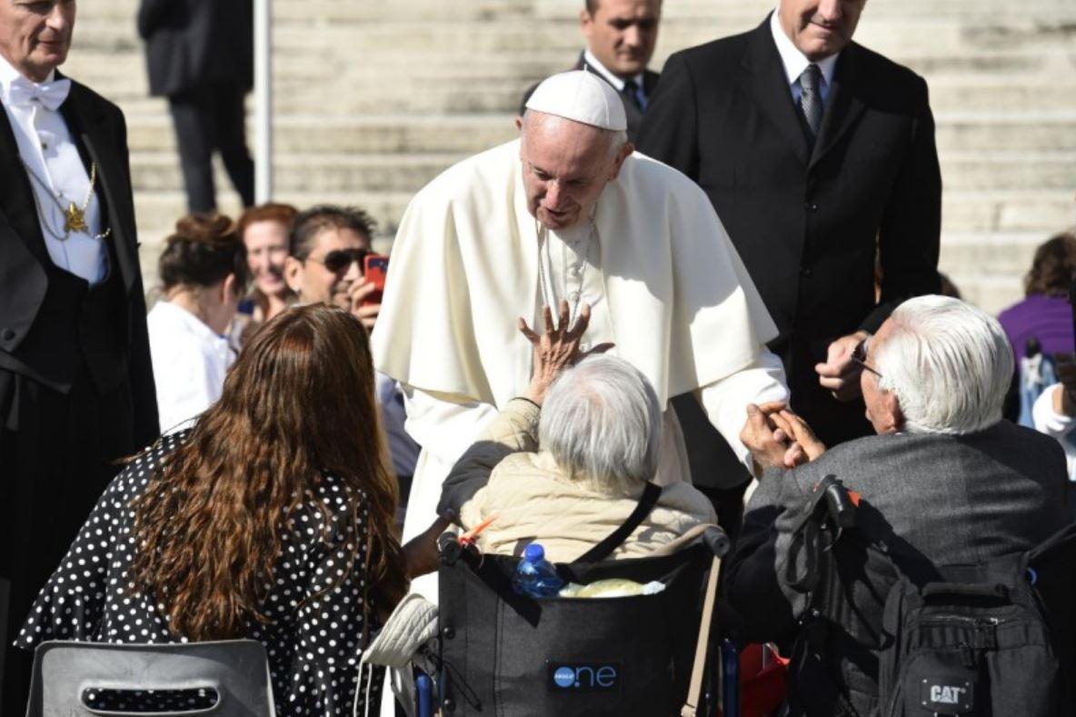 Le pape auprès de personnes âgées handicapées © Vatican Media