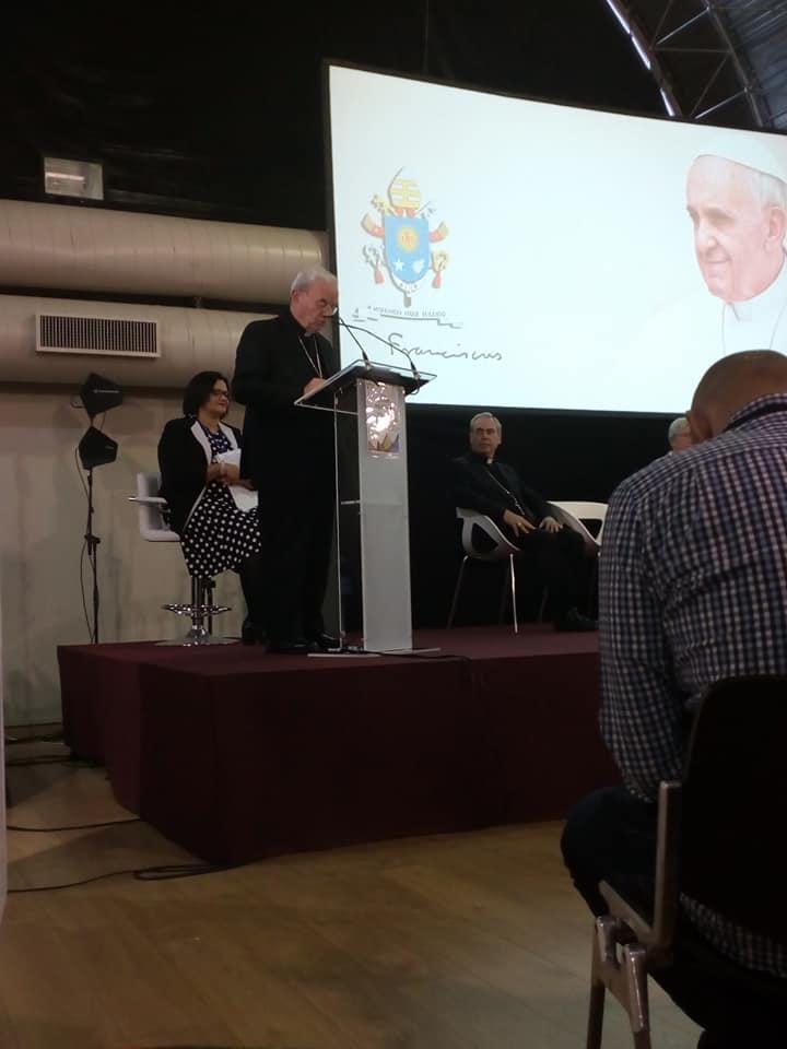 Lecture du message du pape François @ Facebook de CONFER