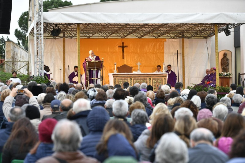 Messe au cimetière Laurentino 2 nov 2018 © Vatican Media