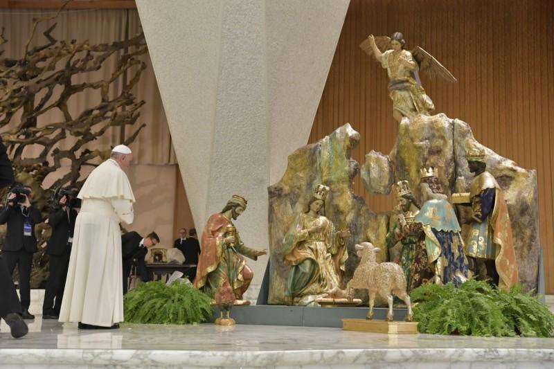 Le pape devant la crèche de la Salle Paul VI © Vatican Media