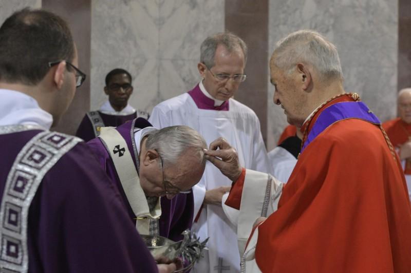 Le card. Tomko impose les cendres au pape François © Vatican Media