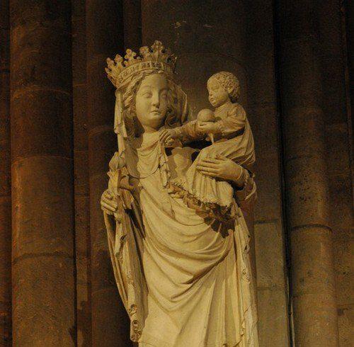 Statue de la Vierge Marie à Notre-Dame @ diocesidiroma