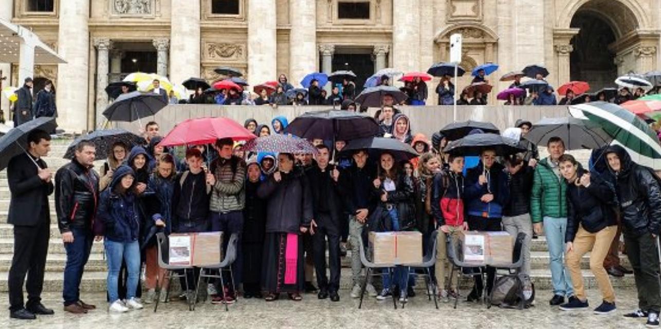 Jeunes du diocèse de Rouen avec le dossier du p. Hamel © Fritter E. de La Bourdonnaye