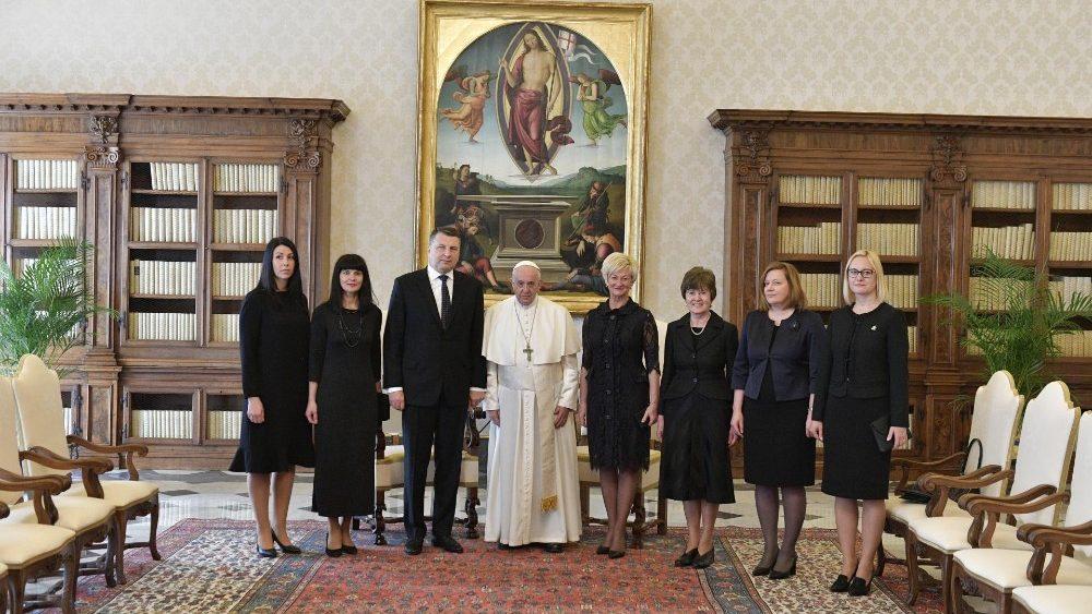 Le président Vejonis et sa délégation © Vatican Media