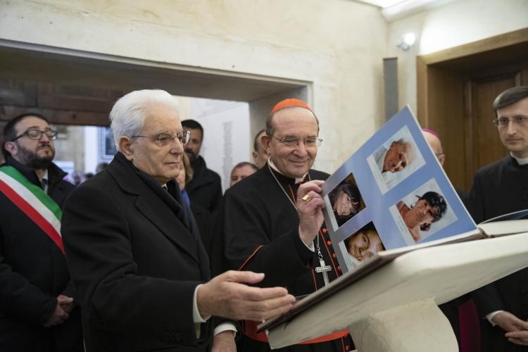 Le président Mattarella à L'Aquila et le card. Petrocchi @ chiesadilaquila.it