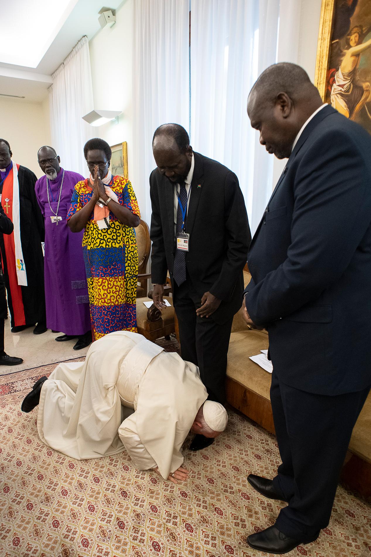 Le pape à genoux devant les leaders du Soudan du Sud © Vatican Media