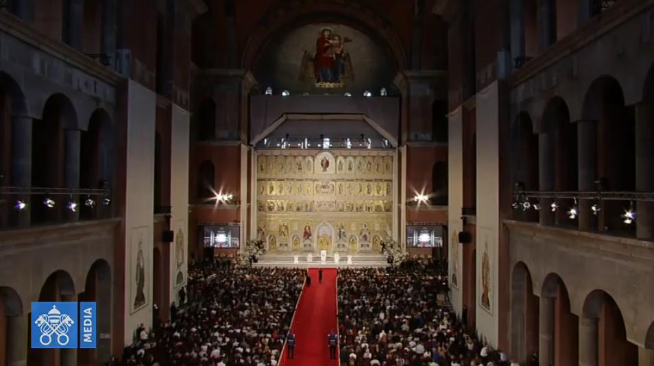 Prière à la nouvelle cathédrale orthodoxe de Bucarest, Roumanie, capture Vatican Media