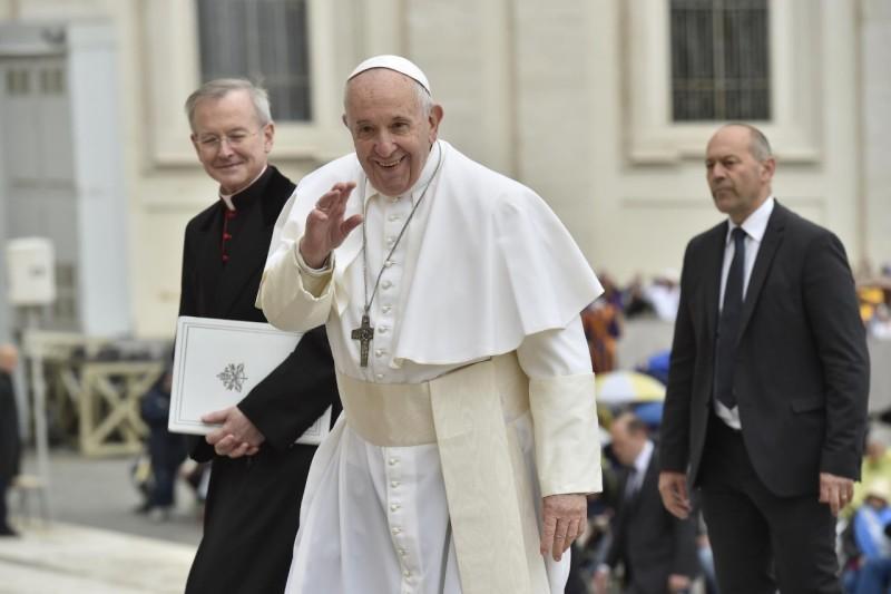 Le Pape François salue, place Saint-Pierre, 15 mai 2019 © Vatican Media