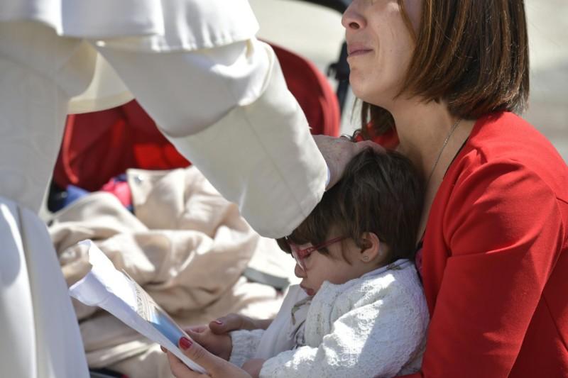 Le pape bénit un enfant, 8 mai 2019 © Vatican Media