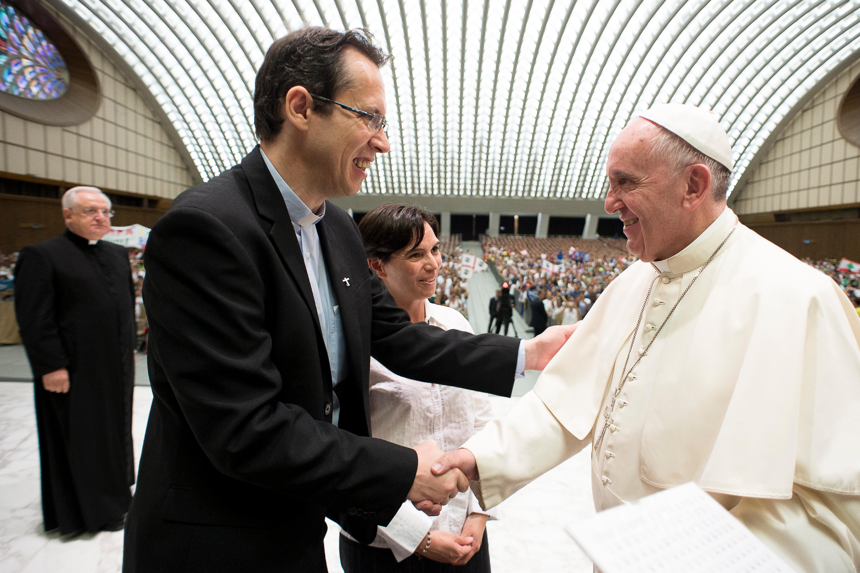 Le pape François reçoit le p. Frédéric Fornos, SJ - Centenaire du MEJ, 2015 © Vatican Media