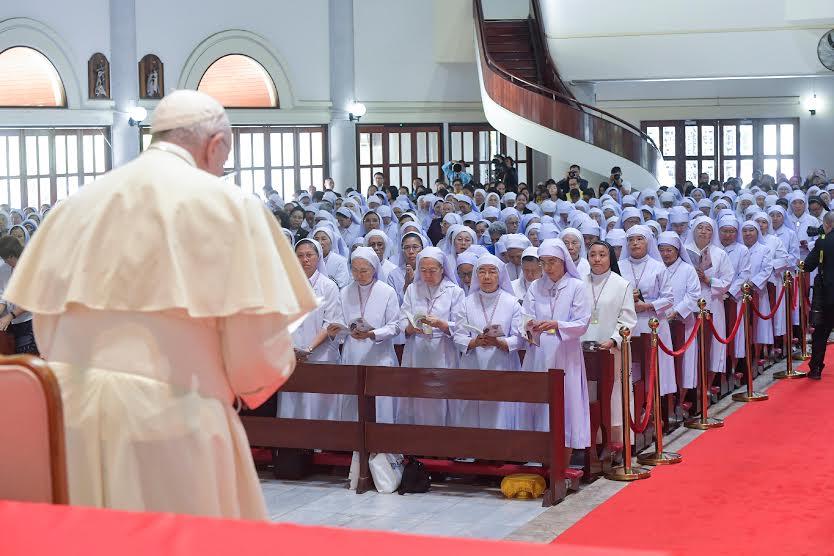 Rencontre avec religieuses et prêtres à Bangkok, Thaïlande © Vatican Media