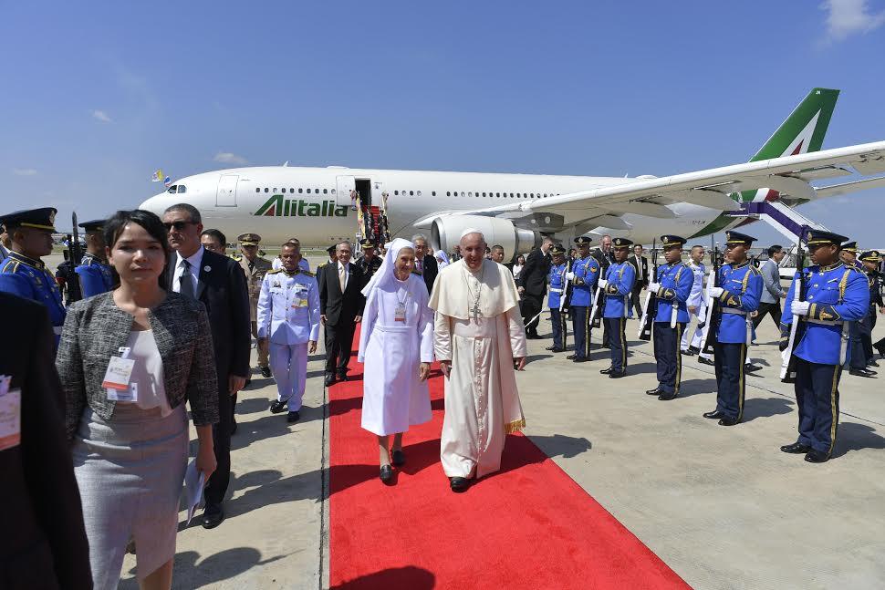 Arrivée à Bangkok, Thaïlande, accueil de soeur Ana Rosa Sivori © Vatican Media
