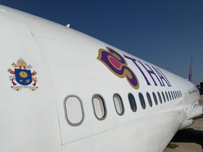 Le blason du pape François sur l'Airbus A330 de la compagnie Thai qui le conduit de Bangkok à Tokyo @ p. Antonio Spadaro SJ