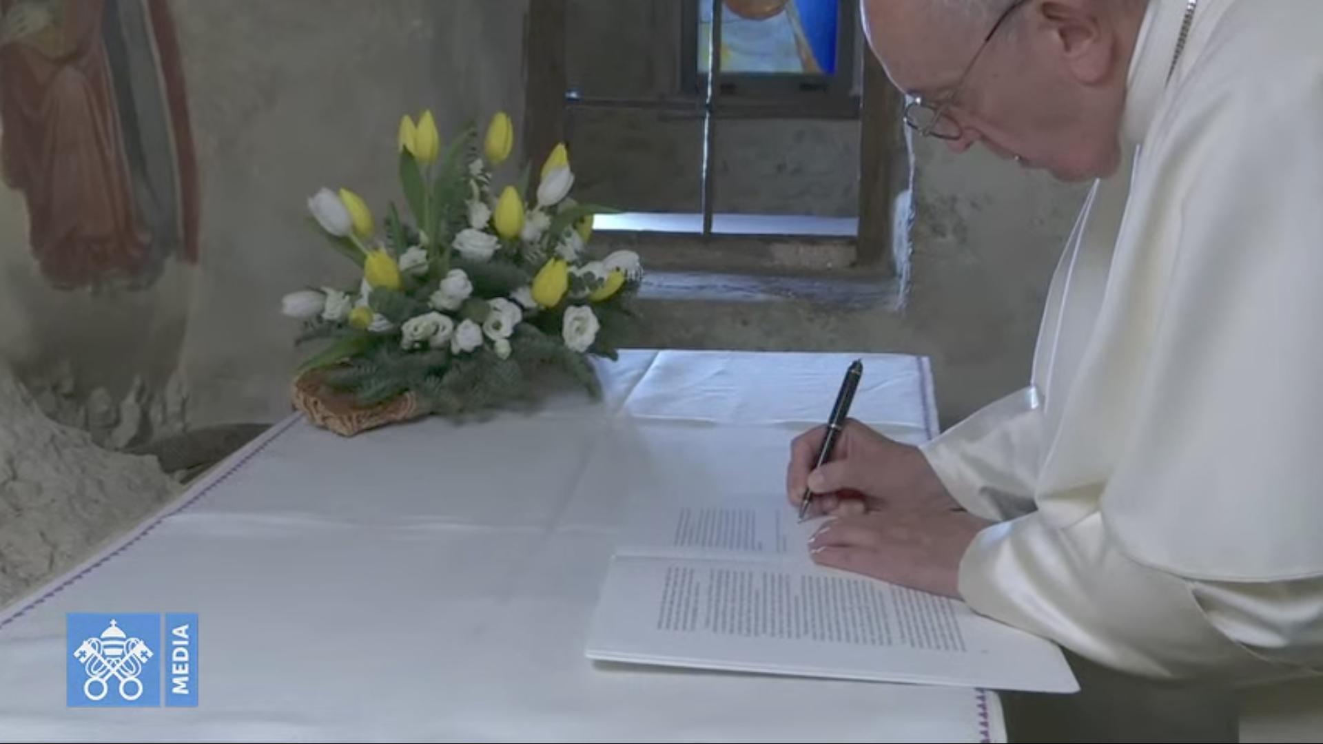 """Greccio signature de """"Admirabile signum"""", capture @ Vatican Media"""