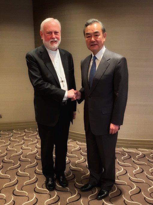 Rencontre de Mgr Paul R. Gallagher et de M. Wang Yi © Vatican Media