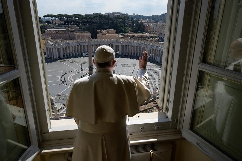 Le pape bénit Rome depuis la fenêtre du bureau, 15 mars 2020 © Vatican Media