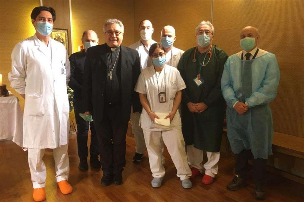 Mgr Nerbini et les médecins de l'hôpital de Prato @ avvenire.it