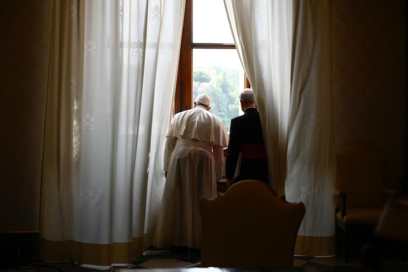 Le pape regarde la pl. St Pierre par la fenêtre, audience du 10 juin 2020 © Vatican Media