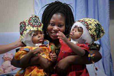 Les jumelles de Bangui et leur maman © Bambino Gesù