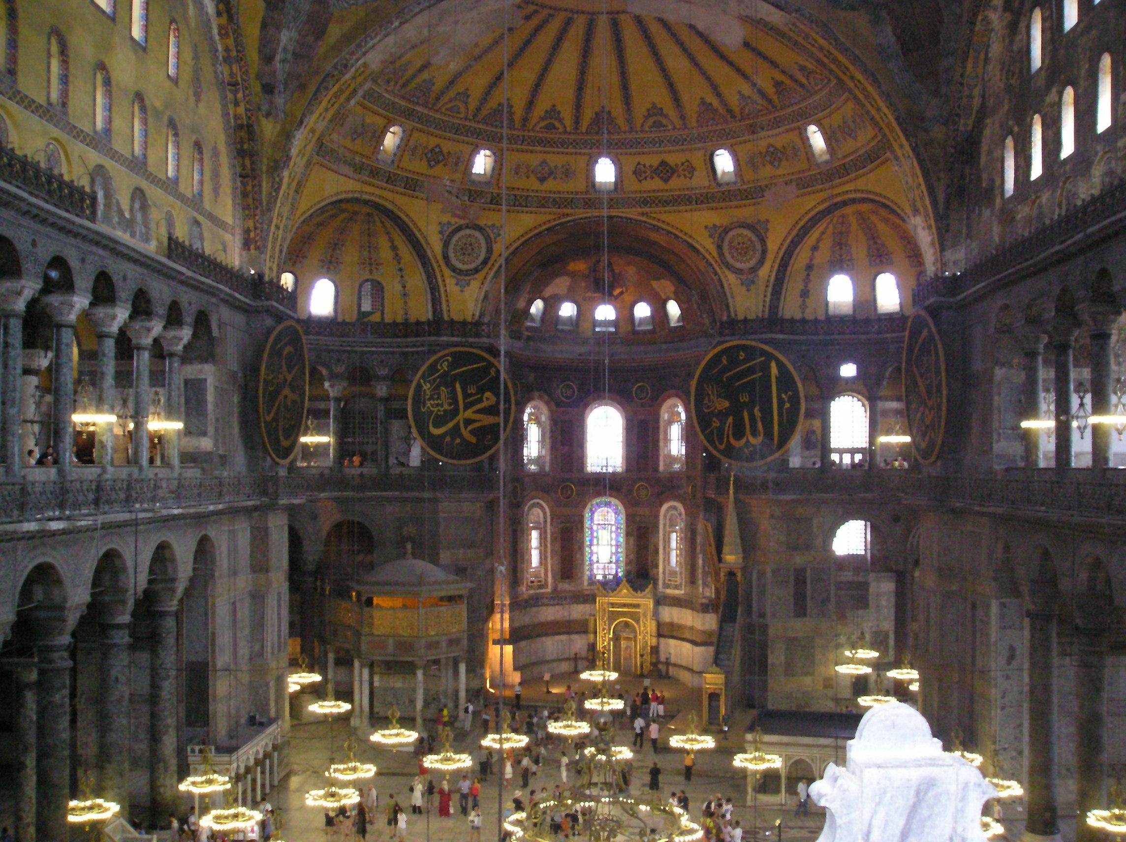 Intérieur de la basilique Sainte-Sophie © wikimedia commons / Jéjé9000