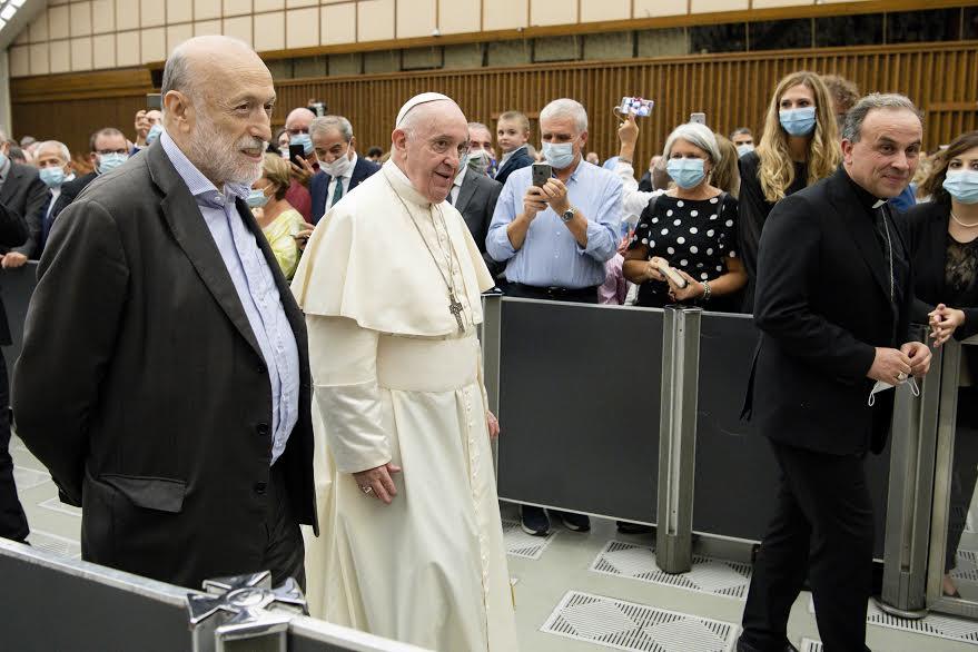Carlo Petrini à la droite du pape François, Communautés Laudato si' © Vatican Media