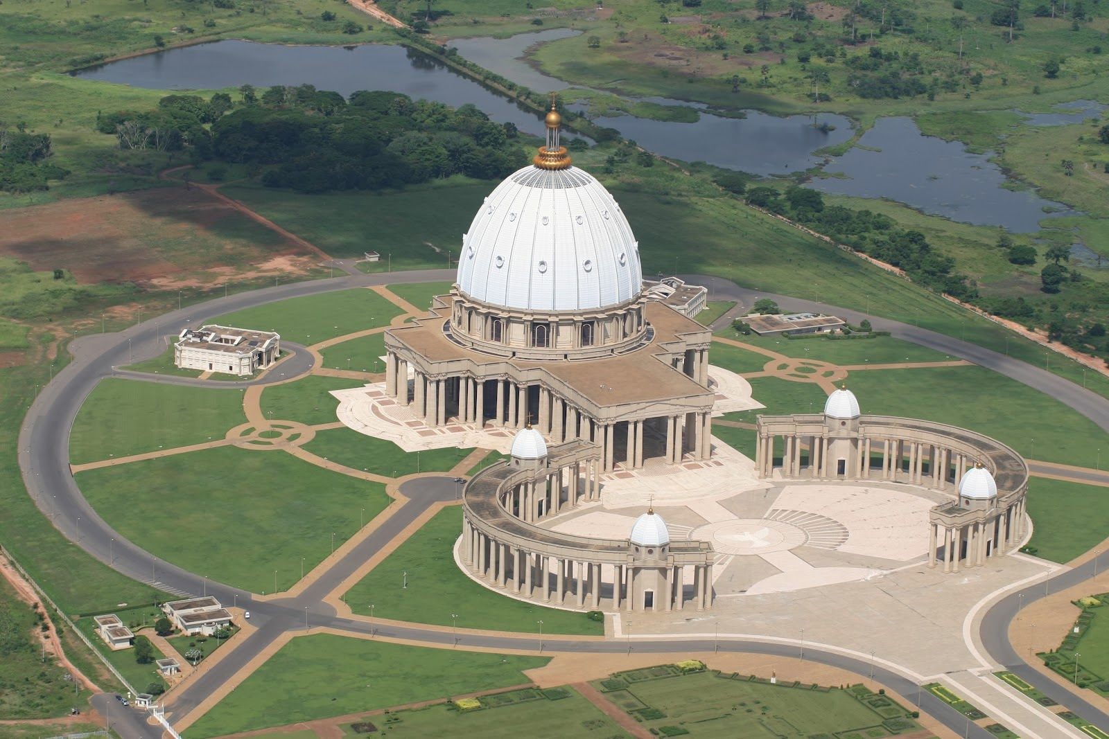 Notre-Dame de la paix de Yamoussoukro (Côte d'Ivoire) @ wikimedia commons / BNDPY 2013