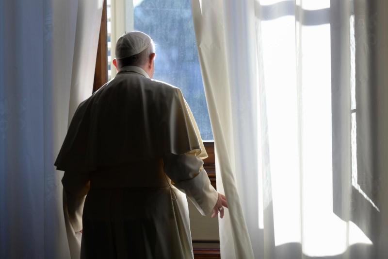 Fenêtre de la bibliothèque privée, audience du 18 nov. 2020 © Vatican Media