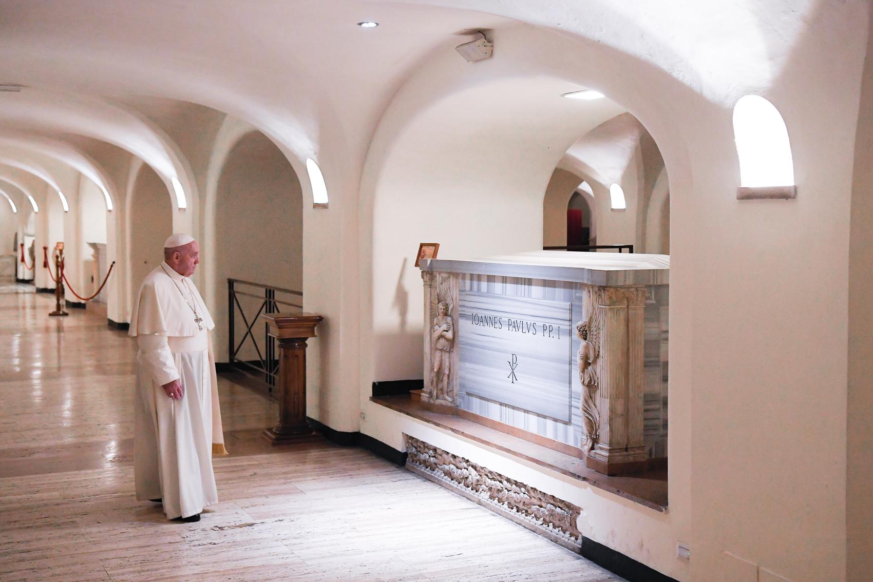 Prière sur les tombes des papes, 2 novembre 2020 © Vatican Media