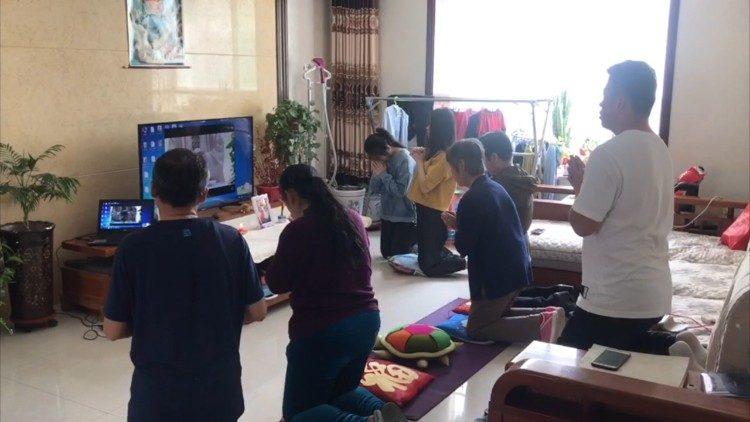 Des catholiques de Chine suivent la messe du pape François @ Vatican Media