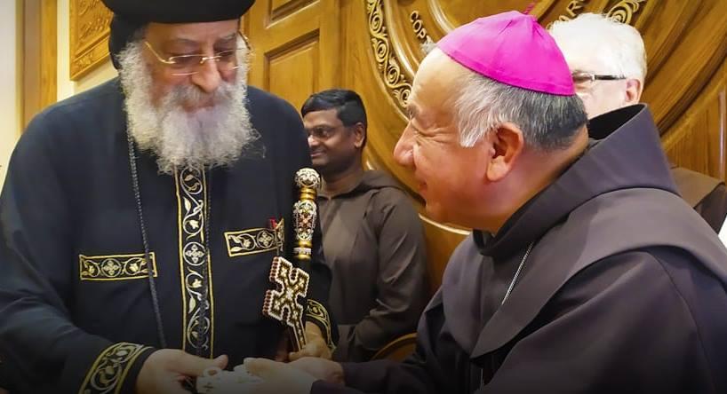 Mgr Ruben Tierrablanca González avec le Pape Tawadros @ antonianum.eu