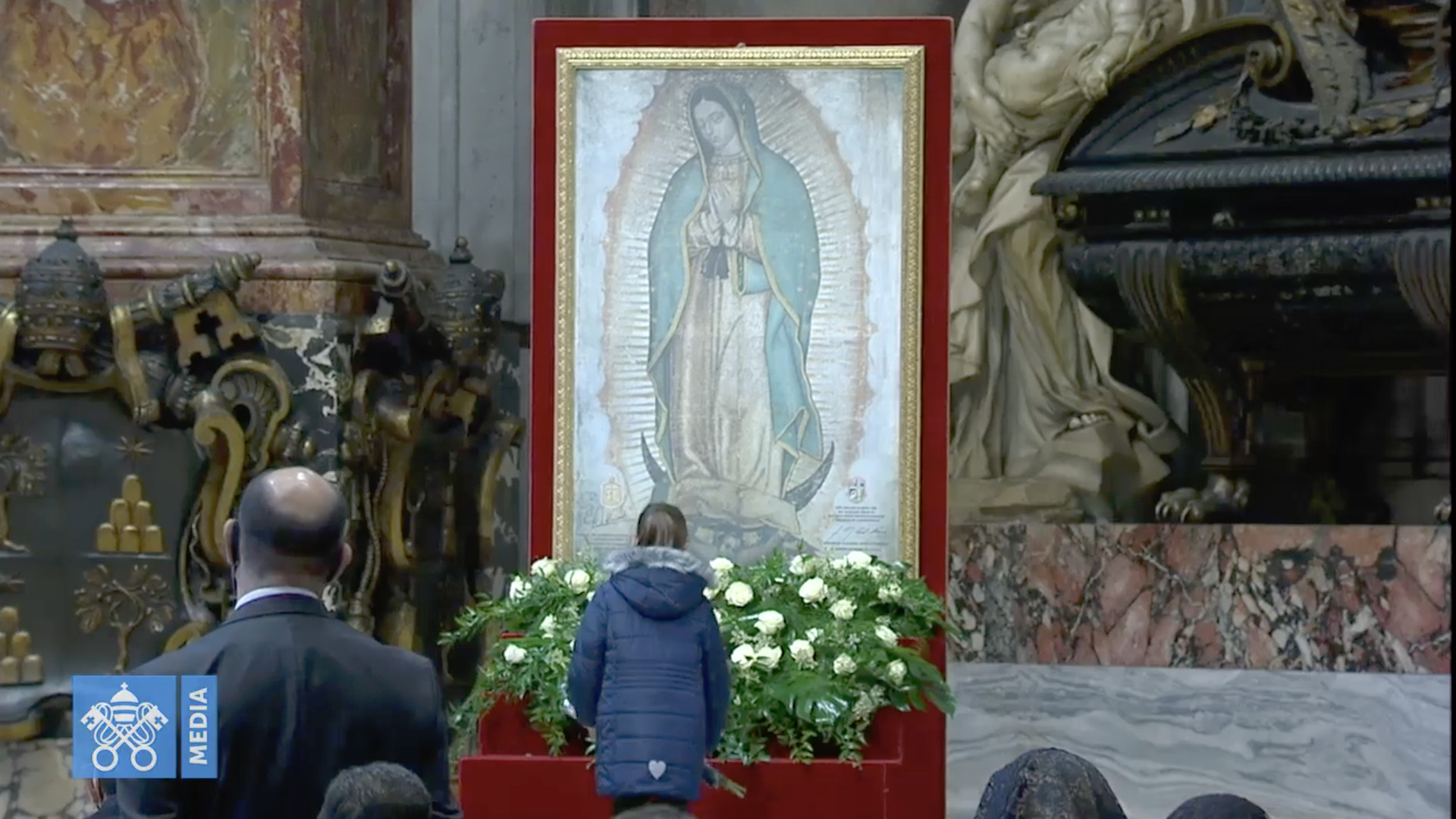 Notre Dame de Guadalupe 2020, roses offertes par une jeune fille, capture @ Vatican Media