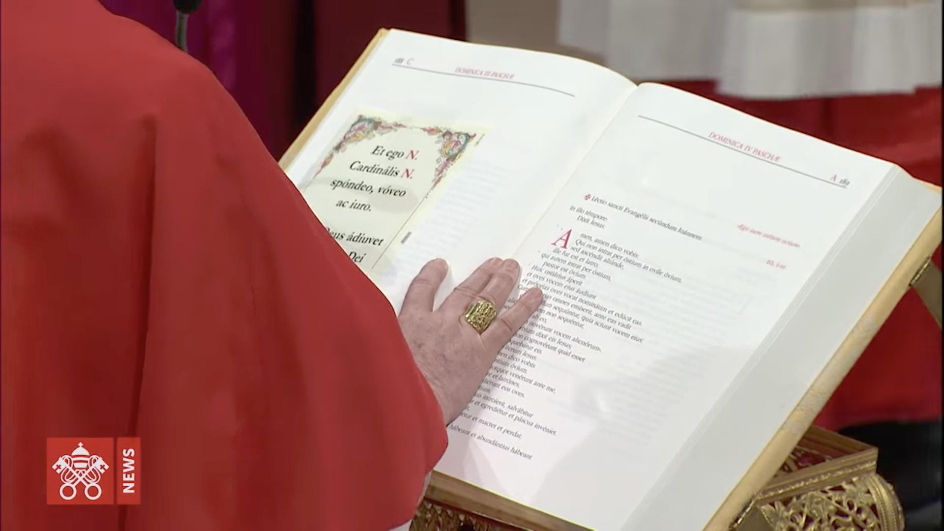 Le card. Bergoglio prête serment au moment d'entrer en conclave, capture @ Vatican Media