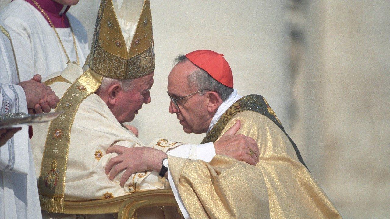 Le card. Bergoglio et Jean-Paul II, 21 fév. 2001 © Vatican Media