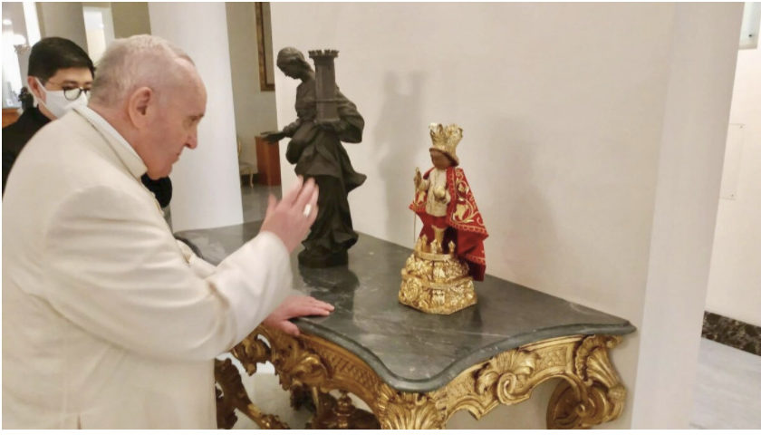 Le pape François bénit une effigie du Santo Niño (Philippines) @santoninodecebubasilica.org / Mgr Jan Thomas Limchua