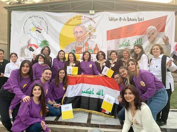 Anan Alkass Yousif (au premier rang à droite, en blanc) et les jeunes de Bagdad attendent le pape François @ Facebook/AAY