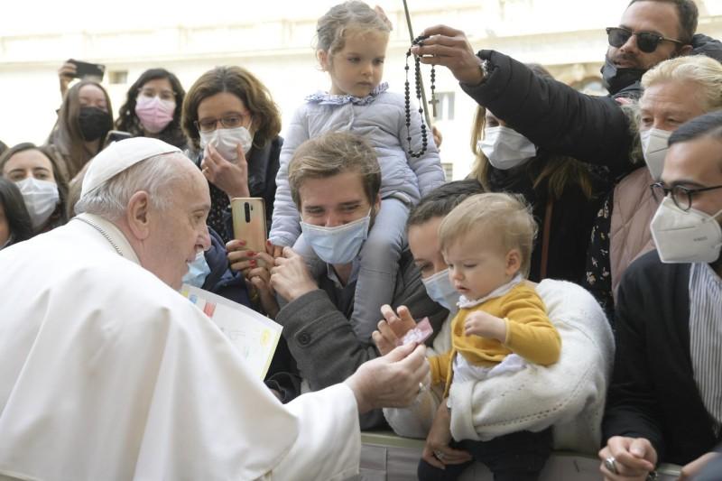 Le pape donne un chapelet à un enfant, audience générale du 19 mai 2021 © Vatican Media