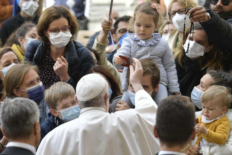 Le pape donne un chapelet à une fillette, audience générale du 19 mai 2021 © Vatican Media