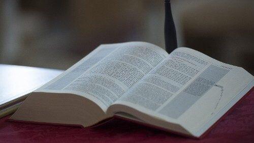 """La Bible en dialecte """"piacentino"""" © Vatican Media"""