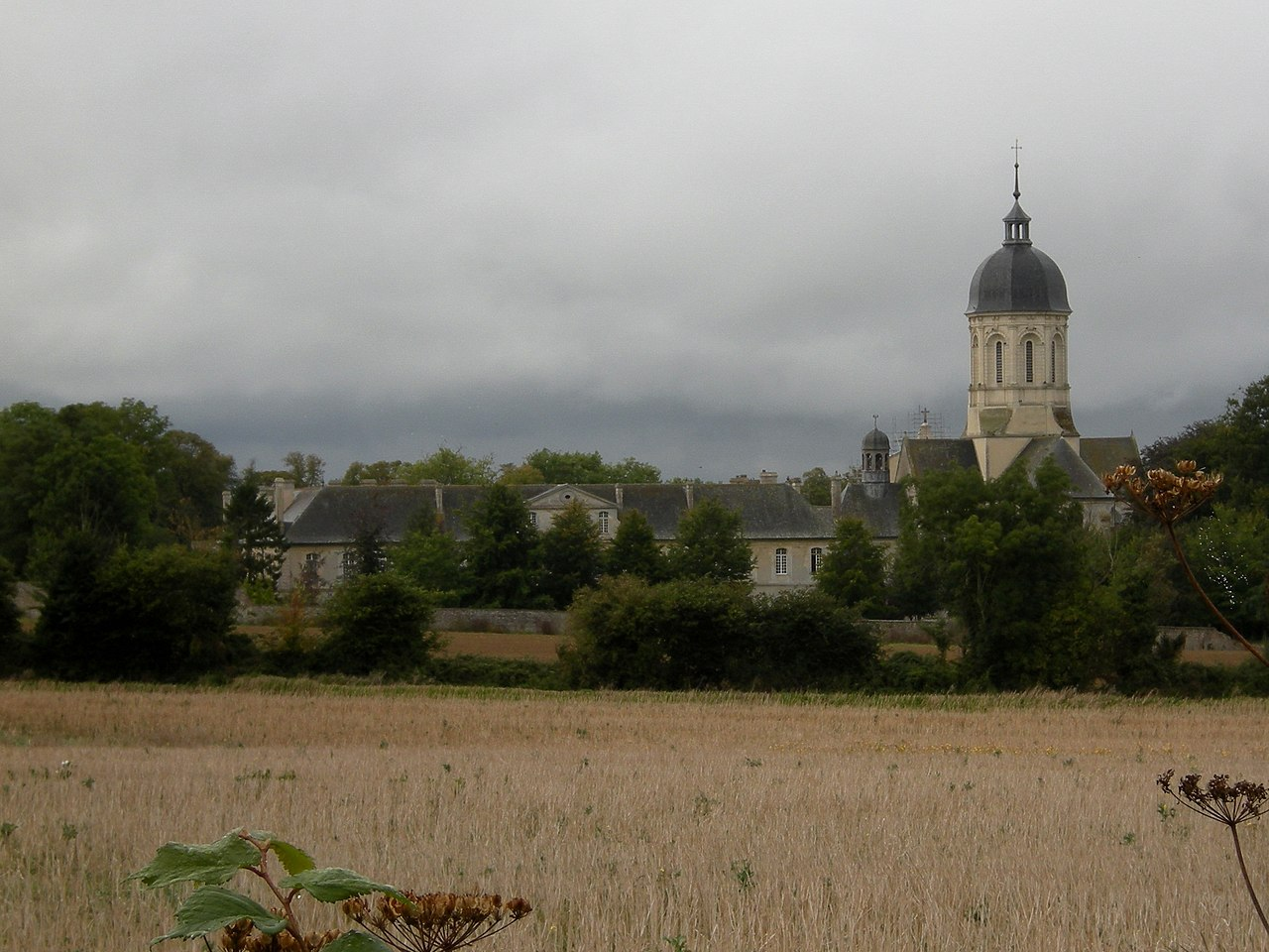 Abbaye de Mondaye (Normandie) © wikimedia commons / NemesisIII