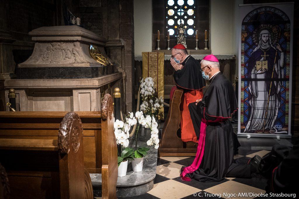 Le card. Parolin prie avec Mgr Ravel au tombeau de sainte Odile © C. Truong-Ngoc-AMI/diocèse de Strasbourg