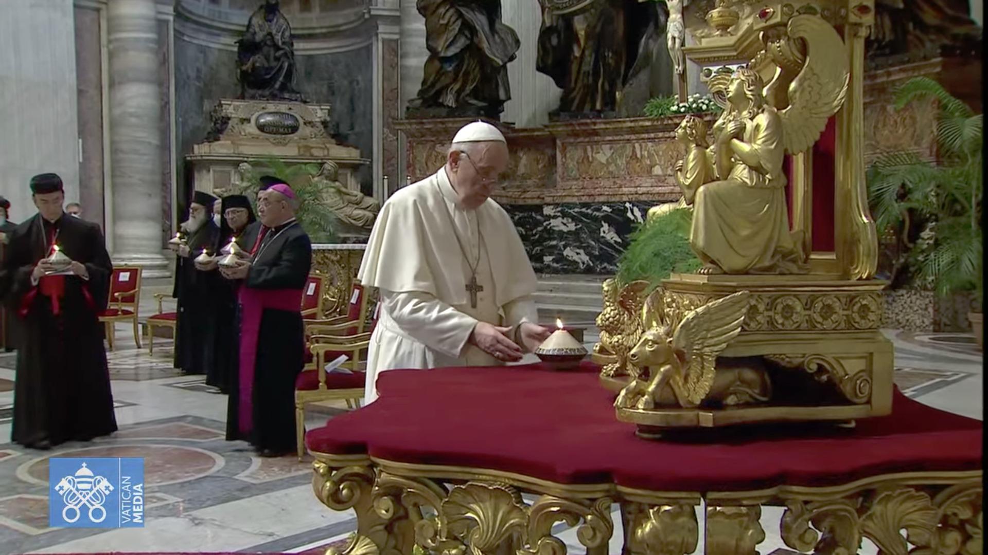 Le card. Raï et le pape François, rite de la lumière, 1er juillet 2021, capture Zenit / Vatican Media