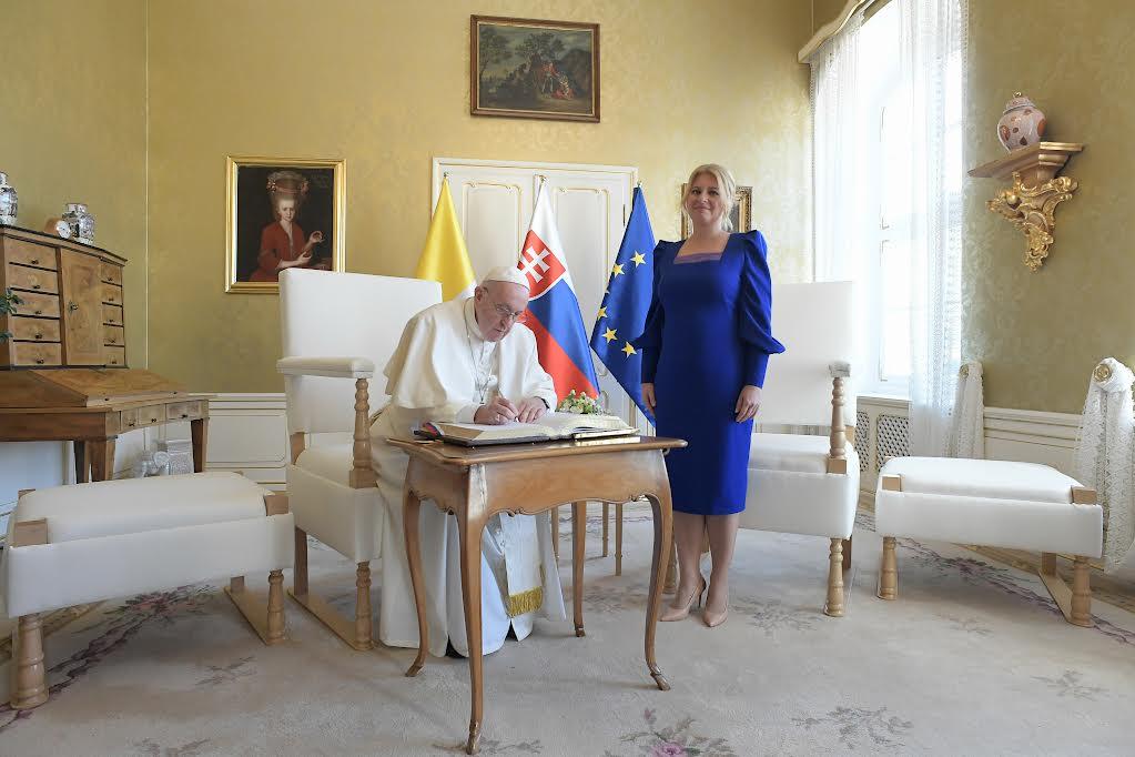 Au palais présidentiel de Bratislava (Slovaquie), avec la présidente Zuzana Caputova © Vatican Media